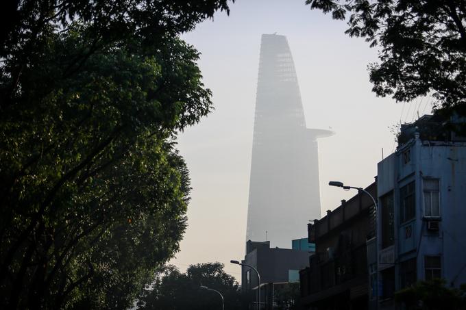 """Tòa tháp Bitexco. """"Sáng nay đứng ở tầng 25 tôi chỉ nhìn thấy vài cao ốc xung quanh, còn lại mù mịt hết"""", anh Dương Quốc (29 tuổi) làm việc tại tòa nhà này cho biết."""