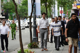 Khoảng 17h ngày 9/11, sau khi kết thúc cuộc trò chuyện với các sinh viên Đại học Tôn Đức Thắng, đoàn xe của Thủ tướng Canada Trudeau di chuyển về trung tâm TP.HCM.