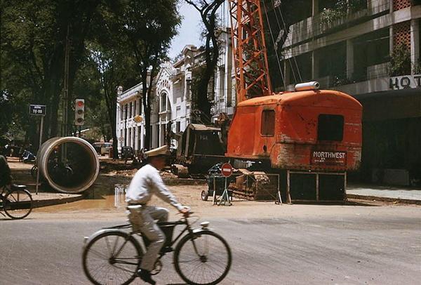 Xây dựng tuyến đường ống cấp nước tại trung tâm Sài Gòn năm 1966 – Ảnh: Tư liệu