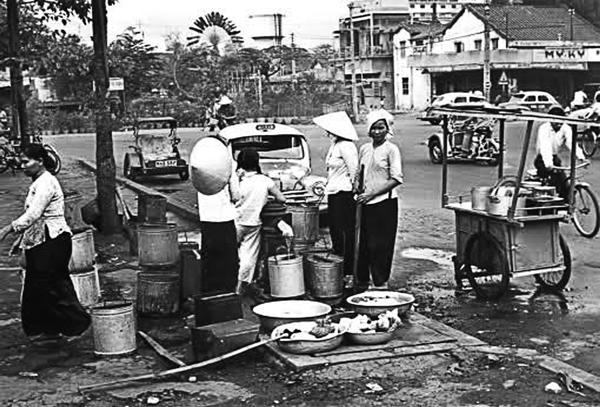 Phông-tên công cộng là nơi lấy nước sinh họat. Nhiều người mang đồ ra giặt như sân nhà của mình là chuyện thường nhật ở Sài Gòn thập niên 1960 – Nguồn: Anhxuasaigon