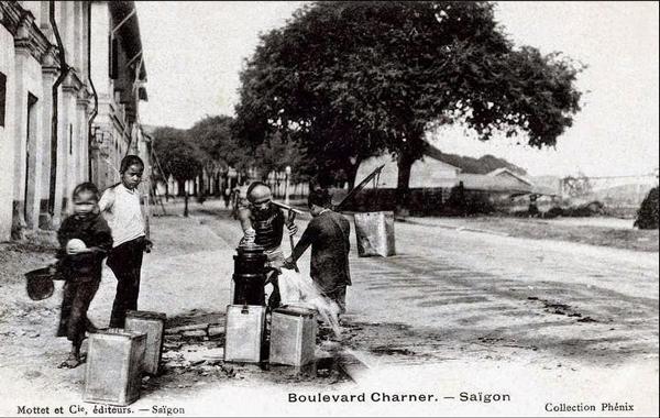 Một phông- tên nước công cộng bơm bằng tay hồi năm 1931 trên đường Nguyễn Huệ cho người dân lấy nước – Nguồn: Anhxuasaigon