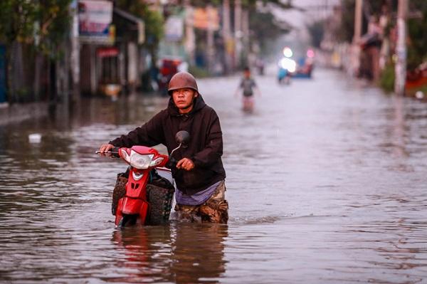 4h ngày 6/11, triều cường dâng cao nhấn chìm đường Lê Văn Lương (huyện Nhà Bè), Huỳnh Tấn Phát (quận 7), Quốc lộ 50 (Bình Chánh), một số đường ở quận Bình Tân... dưới hơn nửa mét nước