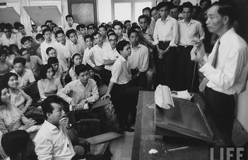 GS Phạm Biểu Tâm nói chuyện với SV tại tòa nhà số 28 đường Testard, sau đổi lại là Trần Quý Cáp (nay là Võ Văn Tần)