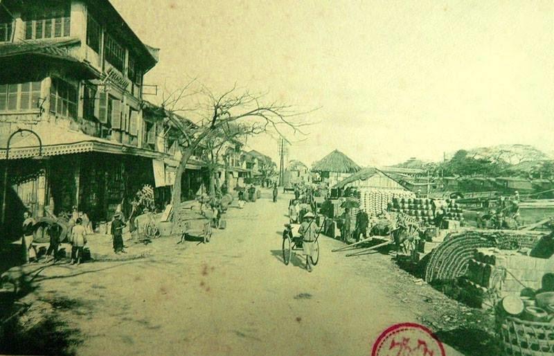 Phố cặp bờ sông ở Chợ Lớn năm 1900 – kênh Tàu Hủ bên phải. (Ảnh: Internet)