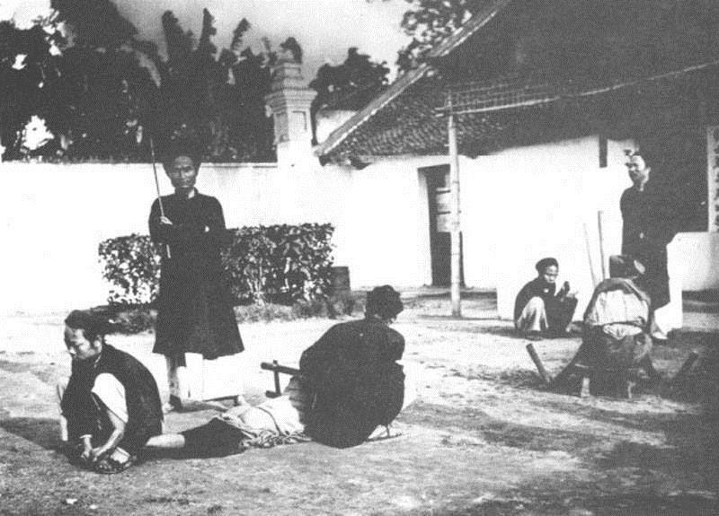 Tội ăn cắp bị xử đánh đòn, ảnh chụp trong khoảng 1870 đến 1890. (Ảnh: Internet)