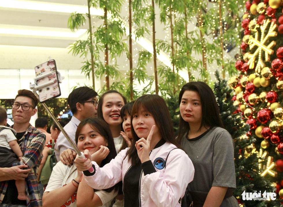 Phần đông người đến chụp hình thường đi theo nhóm