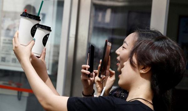 Thế hệ thiên niên kỷ là những người trẻ, yêu công nghệ, chịu hưởng thụ và tạo ra xu hướng - Ảnh: Reuters