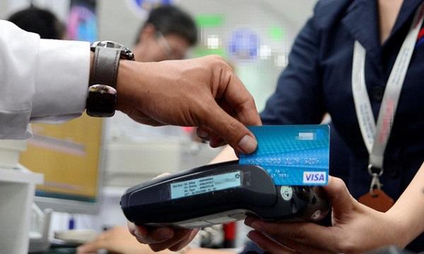 Một số nhà hàng đã chú trọng hơn trong việc thanh toán bằng thẻ. Trong ảnh: khách hàng trả tiền qua thẻ tại một cửa hàng ở quận 1, TP.HCM - Ảnh: DUYÊN PHAN