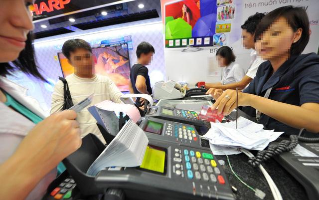 Nhiều nhà hàng, cơ sở dịch vụ ở TP.HCM khuyến khích khách thanh toán bằng thẻ để giảm thời gian đếm tiền, quản lý ngân quỹ - Ảnh: Thanh Đạm