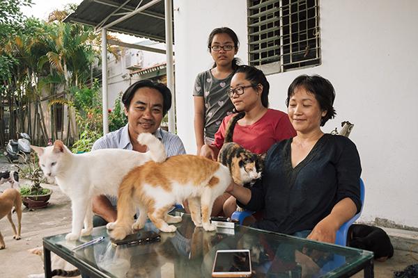 Chị Quyên nói mình may mắn khi có chồng con và một người bạn tên Phạm Quỳnh ủng hộ việc cứu, chăm sóc mèo