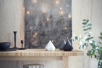 Bạn có thể sử dụng khung tranh rồi căng tấm vải mỏng lên và sử dụng đèn trang trí ở phía sau để tạo nên bức tranh đèn lấp lánh ấn tượng.