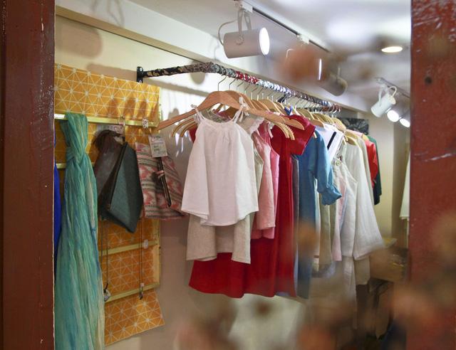 Váy áo của ChiBa sử dụng chất liệu mềm, mát, phù hợp cho thời tiết nóng nên rất được du khách yêu thích - Ảnh: HẠO DU