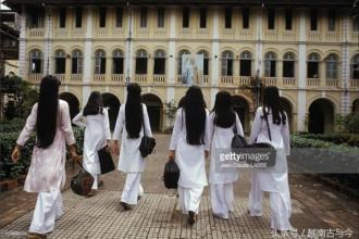 Các nữ sinh duyên dáng sải bước đến trường.