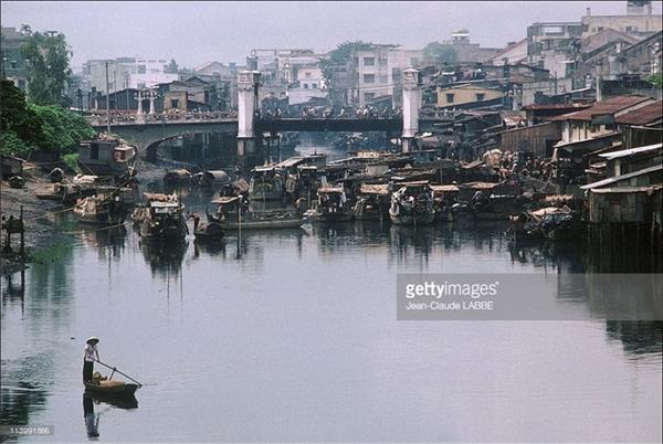 Một khu nhà ổ chuột lụp xụp tại cầu Chà Và ở quận 8. Vào năm 2000, cây cầu đã được phá đi để phục vụ cho quy hoạch mới của thành phố.