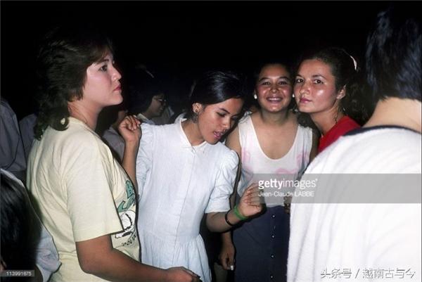 Những cô gái Sài Gòn ngày trước khi đi chơi đêm.