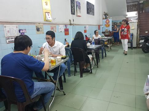 Quán không quá đông đúc, cứ khách ra vô đều đều, bếp cũng từ tốn chỉn chu làm các món ăn cho khách