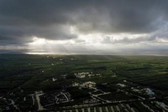 Ảnh chụp trên bầu trời thị trấn Rạch Gốc, huyện Ngọc Hiển (Cà Mau). Vệt nắng xiên chéo xuống là từ hướng Đất Mũi, chụp lúc 7g sáng 26-12- Ảnh: Nam Trần