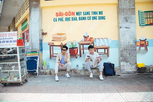 """Hai bạn trẻ cùng thay phiên nhau ghi lại những hình ảnh thú vị với những nét vẽ đẹp truyền cảm hứng tại cổng trường Bùi Thị Xuân (Q.1), trước khi gọi ly cafe, trải nghiệm một """"Sài Gòn buổi sáng"""", lạ mà rất quen."""