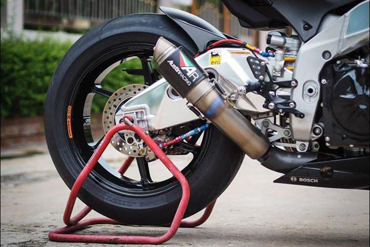 goài việc sở hữu bộ khung nhôm nguyên bản siêu nhẹ, chiếc Aprilia RSV4 trong bài viết này còn được trang bị thêm ống xả Austin Racing Titanium Full Inconel GP2R Carbon, hệ truyền chuyển động cũng được chủ xe nâng cấp từ đĩa tải Afam kết hợp sên màu RK Limited RED.