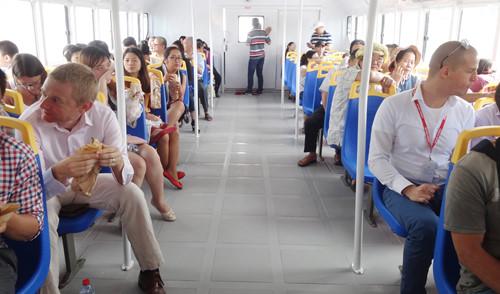 Chật cứng khách đi lại trên chuyến tàu lúc 11 giờ 30