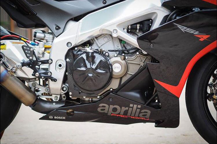 Cung cấp sức mạnh cho mẫu siêu môtô Aprilia RSV4 này là khối máy V4 DOHC với góc chữ V65 độ dung tích 999,6 cc, làm mát bằng dung dịch, đem tới công suất 201 mã lực tại 13.000 vòng/phút và mô-men xoắn cực đại 115 Nm tại 10.500 vòng/phút mạnh hơn 17 mã lực so với bản cũ.