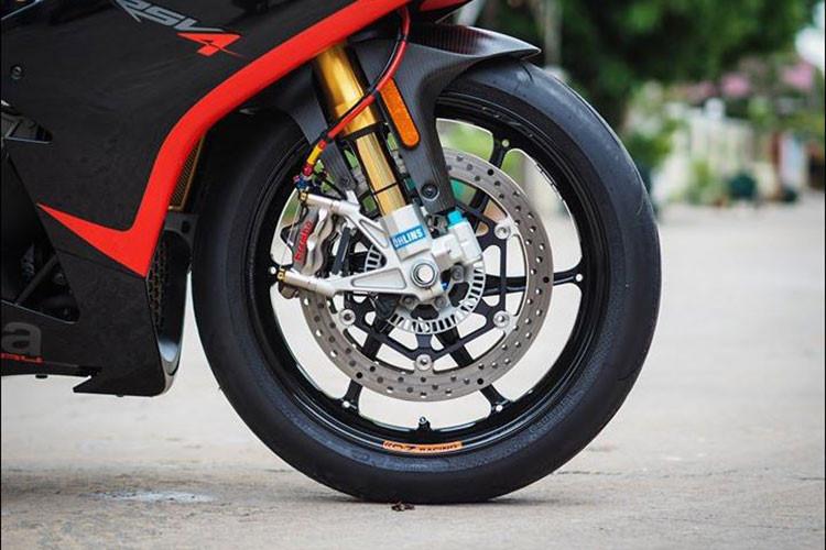 """Là một chiếc xe superbike đỉnh cao, chiếc siêu môtô Aprilia RSV4 tại Sài Gòn này còn được chủ nhân trang bị đầy đủ những phụ tùng """"hàng tuyển"""" từ nhiều hãng tên tuổi trên Thế giới, có thể kể tới bao gồm hệ thống giảm xóc Ohlins, phanh Brembo và lốp hàng hiệu được trang bị."""