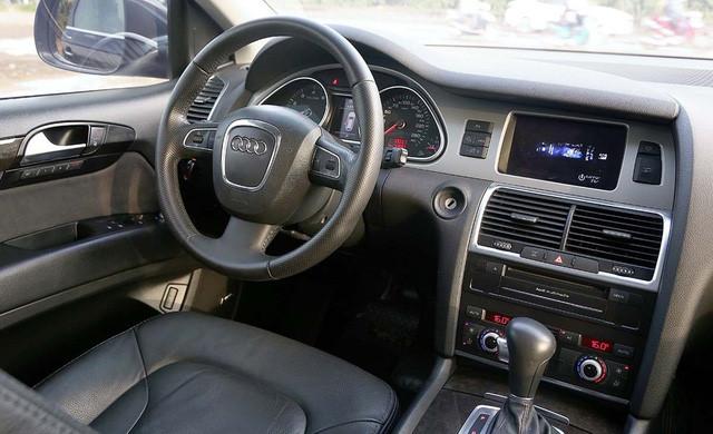 Nội thất xe cũng cùng tone màu đen với màu sơn xe. Nhiều chi tiết dược hãng xe sang Audi trang bị bọc da và ốp gỗ rất sang trọng.