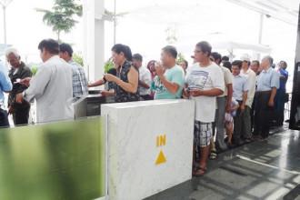 Các chuyến tàu rất đông khách đi lại, nhiều người không mua được vé phải chờ đợi chuyến sau