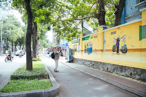 """Được biết, những hình ảnh đẹp này được vẽ dựa trên ý tưởng sáng tạo của 8 nghệ sĩ trẻ tại HN và TP.HCM trong khuôn khổ của dự án """"Việt Nam sau tay lái"""". Cùng xem lại những hình ảnh bình dị, thân quen ghi được sau tay lái GrabBike, để thêm yêu Việt Nam từ những điều giản dị:"""