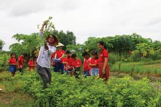 Anh Việt Tấn, chủ trang trại Làng rau sạch Củ Chi, TPHCM, hướng dẫn khách nhổ đậu phộng. Ảnh: Ngọc Khánh