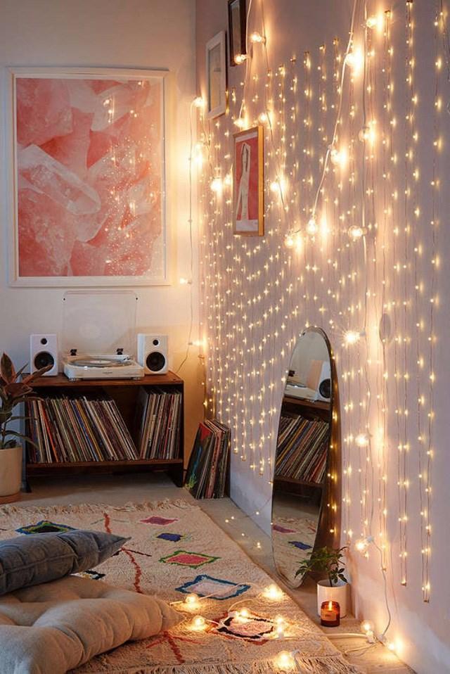 Bạn cũng có thể dùng đen dây trang trí góp phần tạo điểm nhấn cho góc giường trong phòng ngủ.
