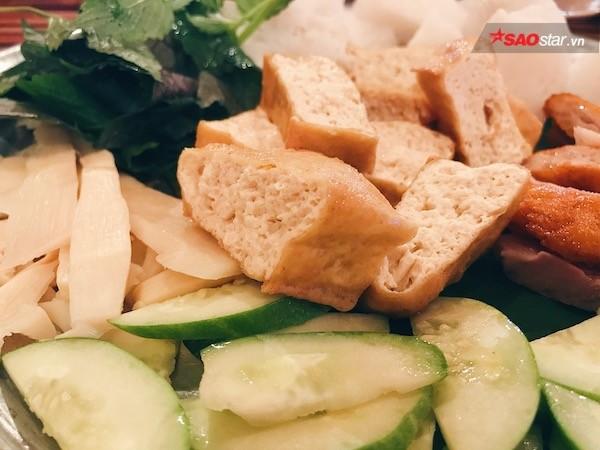 Măng chua luộc lạ miệng khi mang đến cài giòn sần sật, vị chua dịu nhẹ làm cho món ăn thêm mới mẻ hương vị.