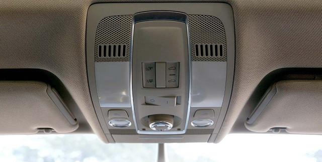 Xe còn được trang bị cửa sổ trời chỉnh điện.