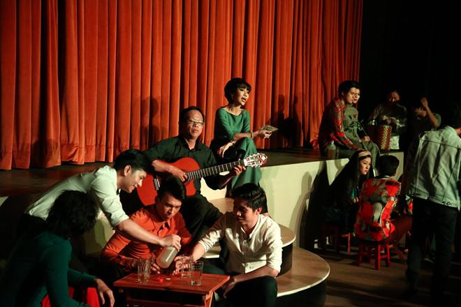 MC Trác Thúy Miêu dẫn dắt từng chương của vở diễn.
