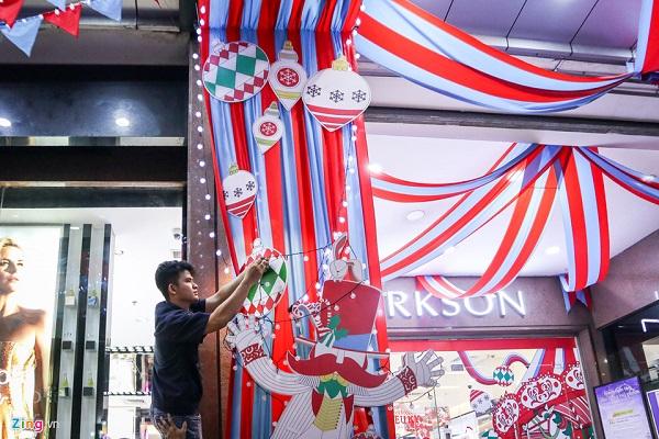 Phố phường Sài Gòn những ngày này khá lung linh sắc màu khi mùa Giáng sinh đang đến gần. Anh Hoàng Duy Khanh - nhân viên tại một trung tâm thương mại trên đường Lê Duẩn, quận 1 - trang trí cho nơi làm việc của mình.