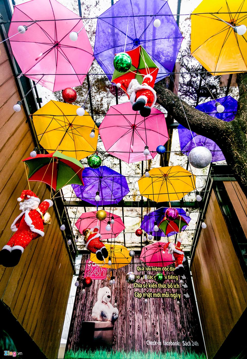 Tại đường sách Nguyễn Văn Bình, hình ảnh cây thông Giáng sinh và các hoạ tiết trang trí cho mùa lễ hội cũng đã được hoàn thành.