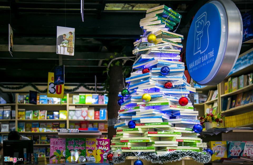 Sách được xếp thành hình cây thông Noel ở đường sách lớn nhất Sài Gòn.