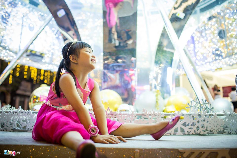 Bé Trần Nguyễn Hoàng Trinh (5 tuổi) được mẹ đưa đến trung tâm thương mại chơi vào những ngày cận kề lễ Giáng sinh. Bé rất thích cây thông Noel, bởi nó được trang trí rất đẹp và đã chụp được rất nhiều ảnh.