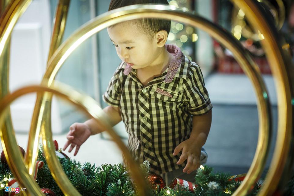 Bé Trần Nhật Khang (14 tháng tuổi) được mẹ dẫn đi trung tâm thương mại chơi nhân dịp cuối tuần. Bé tỏ ra rất thích thú với những hoạ tiết trang trí tại đây.
