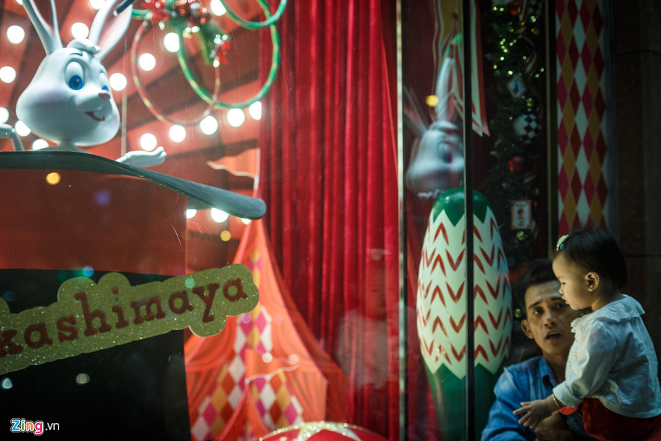 """Ngay cạnh bên, trung tâm thương mại Takashimaya được trang hoàng đón Noel với chủ đề """"Lost in magic""""."""