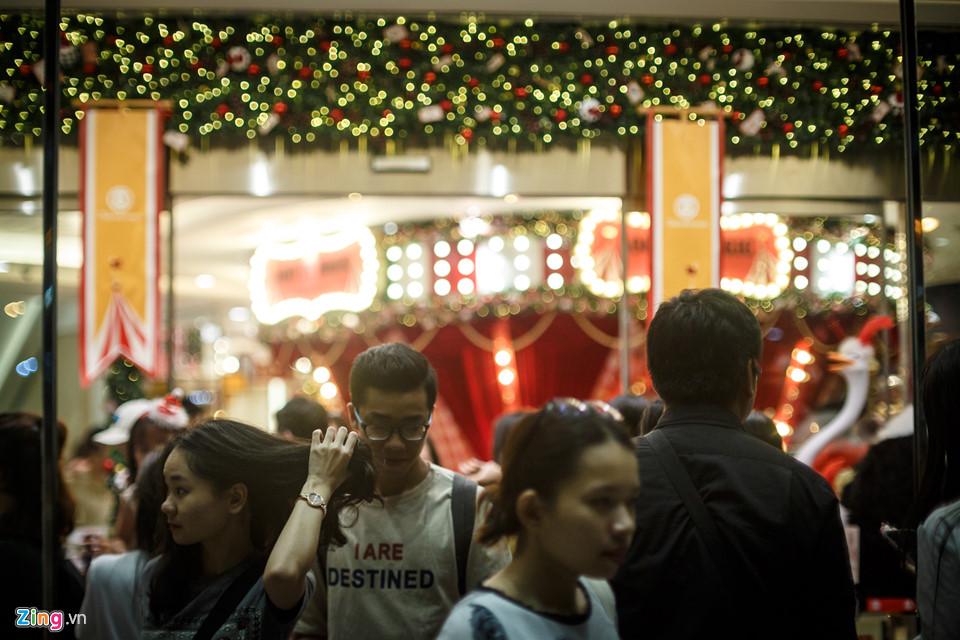 Takashimaya là một trong những trung tâm thương mại được đầu tư trang trí rất quy mô dịp Giáng sinh năm nay. Vì thế, nơi đây thu hút đông người đến tham quan và chụp ảnh lưu niệm, đặc biệt là vào dịp cuối tuần.