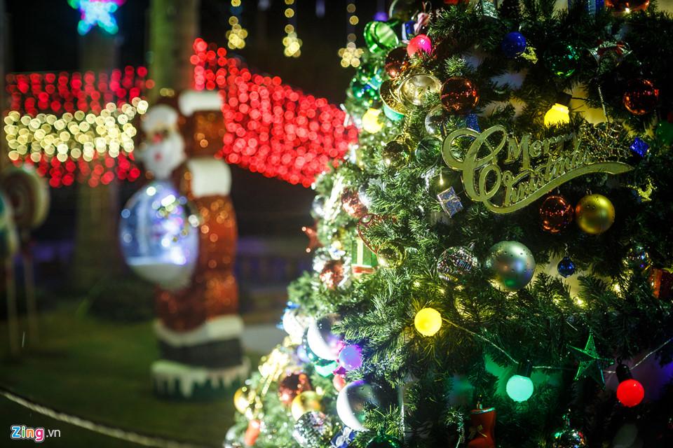 Hình ảnh cây thông và ông già Noel phía trước một toà nhà trên đường Pasteur, quận 1