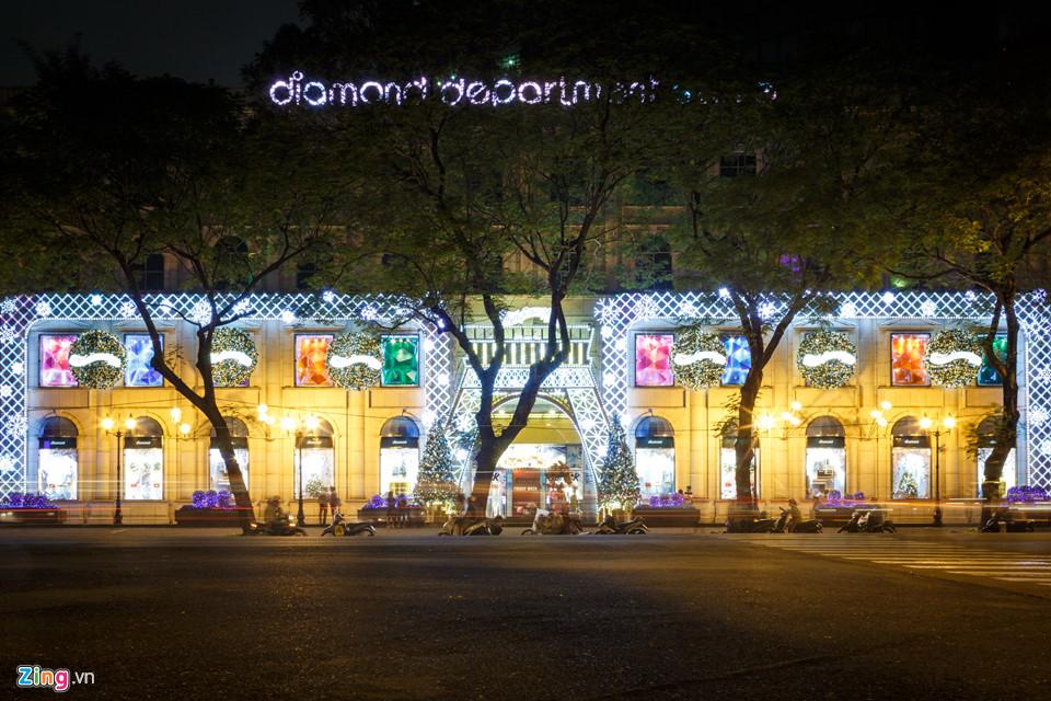 Như thường lệ, Trung tâm thương mại Diamond là nơi được trang trí Giáng sinh công phu và sớm nhất.