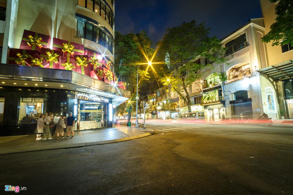 Hình ảnh cây thông, những gói quà Giáng sinh xuất hiện tràn ngập tại các khách sạn, trung tâm thương mại lớn. Trong ảnh là khu vực ngã ba Đồng Khởi - Công trường Lam Sơn.