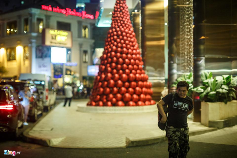 Trong khi đó, phía trước khách sạn Caravelle Saigon, một cây thông lớn được kết từ nhiều quả cầu màu đỏ đã được dựng lên, thu hút sự chú ý của người dân và du khách.