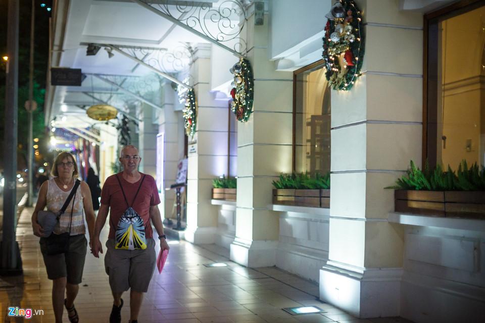 Lối đi dọc hành lang ngang khách sạn Continental cũng được trang trí những phụ kiện Giáng sinh đẹp mắt.