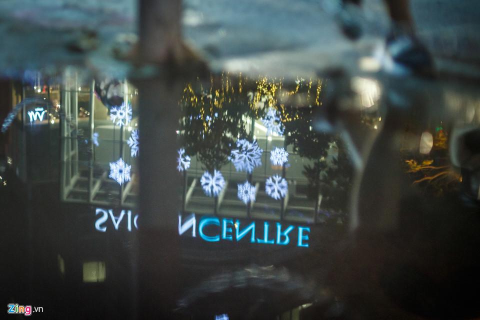 Cách đó không xa, trung tâm thương mại Saigon Centre đã hoàn tất việc trang trí mừng Giáng sinh và năm mới từ nhiều ngày nay.