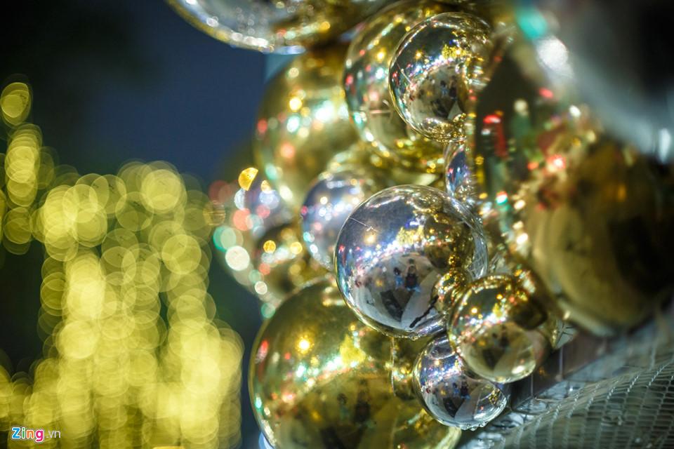 Nổi bật trên tuyến đường Lê Lợi, trung tâm thương mại này rực rỡ sắc màu với cây thông khổng lồ và các hàng cây được treo đèn lung lin