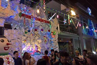 Xóm đạo Phạm Thế Hiển được biết đến là nơi nhộn nhịp nhất vào các mùa Giáng Sinh, với 5 giáo xứ gần nhau trong phạm vi chưa đầy 2km. Từ nhiều năm qua, không gian Giáng Sinh tại nơi này luôn lấp lánh ánh đèn, cây thông Noel, hang đá, tuần lộc và tiếng chuông reo...