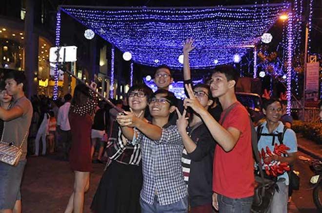 Phố đi bộ Nguyễn Huệ thực sự là địa điểm lý tưởng cho các bạn trẻ đêm Giáng Sinh. Nơi đây có không gian nhộn nhịp, sôi động cùng các trò chơi đường phố hấp dẫn và hoạt động của nhiều ban nhạc năng động cùng trống, ghita,... Trung tâm thương mại NowZone (Q.1)